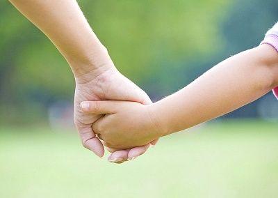 hand-vasthouden-ouder-kind